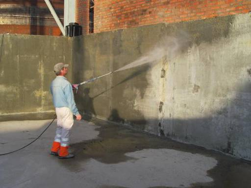 Современные гидроизоляционные материалы надежно защитят возведенные здания от разрушения