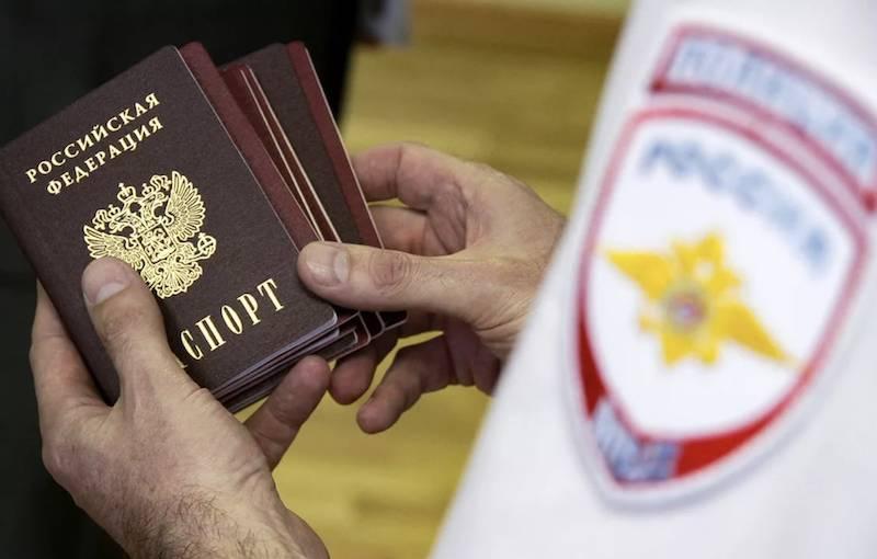 Людям с двойным гражданством запретили работать на госслужбе