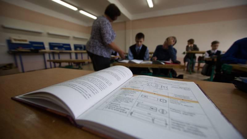 Выплаты премий учителям в Калининградской области, каждый получит по 10 тысяч рублей